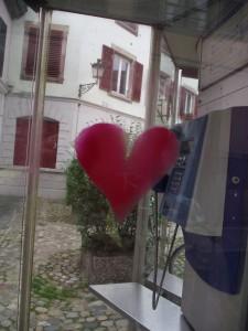 coeur sur cabine téléphonique Exposition K Love Karim TATAI Strasbourg